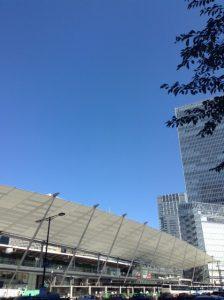青空と東京駅八重洲口の写真
