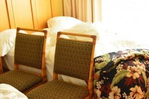 エンバシー・スイーツ・ワイキキ・ビーチウォーク お部屋 子供がベットから落ちないように椅子で落下防止策