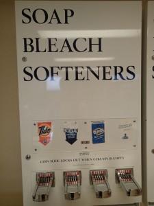 エンバシー・スイーツ・ワイキキ・ビーチウォーク ランドリールーム 洗剤の自販機はコインを手で挿入する手動の機械