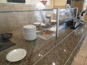 エンバシー・スイーツ・ワイキキ・ビーチウォーク 朝食 オムレツに入れる具材を渡すとシェフが右焼きます