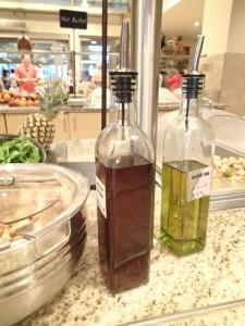 エンバシー・スイーツ・ワイキキ・ビーチウォーク 朝食 サラダの近くにオリーブオイルもある