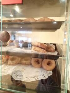 エンバシー・スイーツ・ワイキキ・ビーチウォーク 朝食 パンの他ドーナッツもある